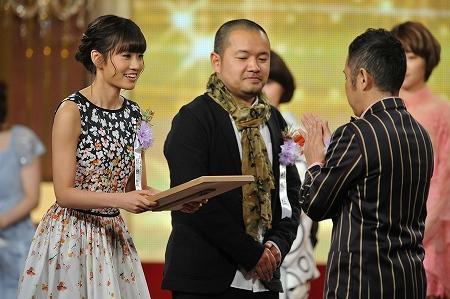 Maeda Atsuko lors de la cérémonie en 2012.